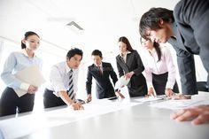 資料をテーブルに広げ会議をする男女のビジネスマン (c)Opus/a.collectionRF