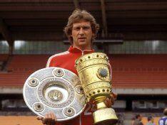 FC-Idol Heinz Flohe mit Meister-Schale und DFB-Pokal.