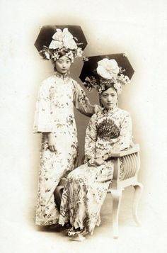 Manchu noble ladies in 1900s The Manchus are members of an indigenous people of Manchuria also known as red tasseled Manchus because of their traditional hat ornaments. Manchus are the largest branch of the Tungusic peoples and are chiefly distributed throughout China, forming the fourth largest ethnic group and the third largest ethnic minority group in that country.