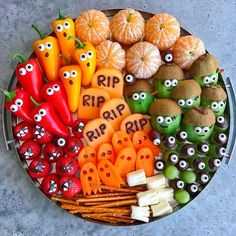 Halloween Fruit and Veggie Tray Over 50 of the BEST Halloween Food Ideas - everything from party ideas, snacks, dinners, and more. Fun and Spooky ideas that Kids and Adults will love! Halloween Party Snacks, Halloween Desserts, Halloween Appetizers For Adults, Comida De Halloween Ideas, Halloween Fruit, Hallowen Food, Healthy Halloween Treats, Appetizers For Kids, Snacks Für Party