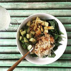 Rijst bowls zijn nog steeds één van de leukste gerechten op aarde. In dit geval rijst, spinazie, avocado, omeletreepjes en wat sojasaus (tamari). Chilisaus is ook heel lekker. Geserveerd met een go…