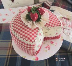 Pastel de fresas, un alfiletero muy dulce!