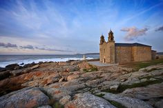 ACANTILADOS DE VÉRTIGO La Costa de la Muerte transcurre a lo largo del litoral coruñés entre acantilados de vértigo y extensos arenales. Era el lugar elegido por los celtas para adorar al astro rey.