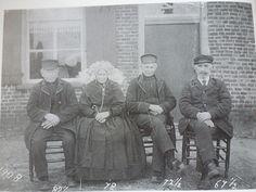 Gemert 1908, Mannen dragen nog de hoge pet, zoals mode in de 19e eeuw. Vrouw…