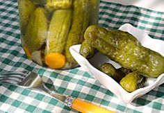 Křupavé a voňavé okurky získáte díky dobrému nálevu a správnému postupu zavařování. Pickles, Cucumber, Food To Make, Pesto, Food And Drink, Homemade, Canning, Vegetables, Summer