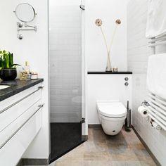 Badeværelset er ofte boligens dyreste rum at få sat i stand, Glass Bathroom, Bathroom Toilets, Bathroom Storage, Bad Inspiration, Bathroom Inspiration, Small Bathroom Layout, Sweet Home Design, Tiny Bathrooms, Space Interiors