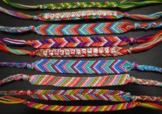 Bracelet Brésilien, ou bracelet d'amitié est très facile à faire, lorsque l'on connait la technique il suffit de modifier les couleurs et en faire à l'infini !   Présenté comme porte-bonheur il est très apprécié des adolescents.   Tutoriel trouvé sur le blog de honestlywtf.com/