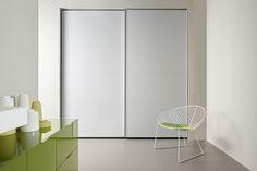 Armarios en blanco con puertas correderas www.casasdeaceroyhormigon.com CASAS DE ACERO Y HORMIGON