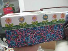 Nesse passo a passo vamos te mostrar como revestir caixa de MDF com tecido e decoupage! Afinal, as caixas de MDF são sempre a opção mais linda para separarmos um cantinho nas nossas coisas e tê-la ali, sempre por perto.