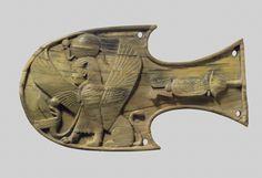 Anteojera equina con talla en relieve de una esfinge sentada, c- siglo VIII a.C. Imperio nuevo, Asiria. Marfil, 10.49 x 18.59 cm (Museo Metropolitano de Arte - Nueva York, EUA)