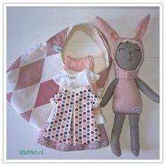 mijn eigen ontworpen en zelfgemaakte knuffel konijn met jurkjes en een rokje. Alles past in het bijpassende tasje...