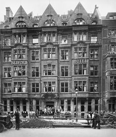 A group of people stand outside the Bedford Hotel on Southampton Row to watch at men at work beside a large crater. The damage was caused by a 50 kilogram bomb during a Gotha raid on the night of 24 - 25 September Vintage London, Old London, The Bedford, Air Raid, New Forest, Modern History, London Photos, Southampton, Vintage Photographs