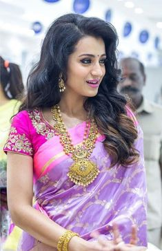 When makeup, accessories, and hairstyle complement the saree, it brings most out the look. Here are Beautiful Hairstyles to try with Silk saree. Blouse Back Neck Designs, Indian Dresses, Indian Outfits, Saree Hairstyles, Pattu Saree Blouse Designs, Most Beautiful Indian Actress, Hollywood, Indian Beauty Saree, Indian Designer Wear