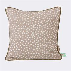 Laadukas, harmaa Dots-tyyny on valmistettu luonnonmukaisesta puuvillasta. Ferm Livingin suunnitteleman tyynyn täplikäs kuosi on käsinpainettu. Luo kodikas ja viihtyisä tunnelma huoneeseen ja hanki tämän tyynyn rinnalle jonkin muun värinen Dots-tyyny.