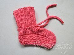 Babysokjes breien patroon Brei Baby, Baby Boots, Happy Baby, Fingerless Gloves, Baby Knitting, Arm Warmers, Winter Hats, Diy Crafts, Crochet