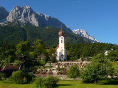 Kirche St.Johannes der Täufer in Grainau mit Waxenstein und im Hintergrund die Zugspitze