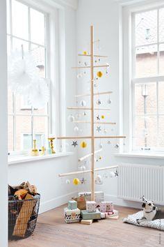 Minimalistischer Weihnachtsbaum. Weniger ist mehr. Weiß und gelb. >> Binnenkijker 101 Woonideeen home Kim van Rossenberg fotograaf Ernie Enkelaar