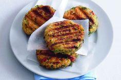 Karbanátky z ovesných vloček | Apetitonline.cz  VYZKOUŠENO - VÝBORNÉ já dělala bez másla, s podušeným bílým zelím a cIbulí, provensálské koření, dvě vejce, cca 40 g jemných ovesných vloček, koriandr, bazalka, sůl, pepř Raw Vegan, Vegan Vegetarian, Healthy Cooking, Healthy Recipes, How To Slim Down, Tandoori Chicken, Salmon Burgers, Healthy Living, Food And Drink
