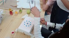 TALLERES DE PINTURA SOBRE TELA para los chic@s del barrio de la Paz en Granda. PROYECTO COMETA Granada, Plastic Cutting Board, Painting, Mural Painting, Kites, Peace, Creativity, Projects, Painting Art