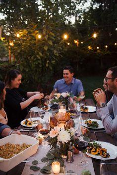 Tips for hosting a friendsgiving dinner fest дом, друзья, пу Dinner Party Decorations, Dinner Party Recipes, Vegan Dinner Recipes, Dinner Ideas, Outdoor Dinner Parties, Garden Parties, Wine Tasting Party, Date Dinner, Dinner Room
