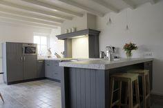 Het aanrecht aan de rechterkant van de keuken is tevens tafel en werkblad Entrees, Kitchen Design, Architecture, Table, Furniture, Home Decor, Google, Origami, Passion