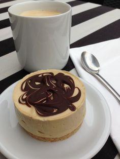 Cheesecake med lakrids og chokolade, lavet med kondenseret mælk. Erstat lakrids med kaffe eller karamel? | opskrift-kage.dk