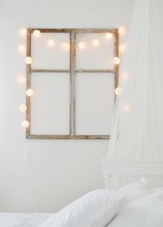 Window frame + lights as interior decoration. My New Room, My Room, Diy Wanddekorationen, Deco Cool, Old Windows, Wooden Windows, Home And Deco, Fairy Lights, Bedroom Decor