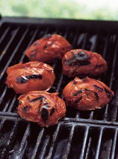 Sauce aux tomates grillées sur le barbecue Recettes | Ricardo Plum Tomatoes, Cherry Tomatoes, Ricardo Recipe, Grilled Tomatoes, Pasta Noodles, Tomato Sauce, Vinaigrette, Vegan Vegetarian, Grilling