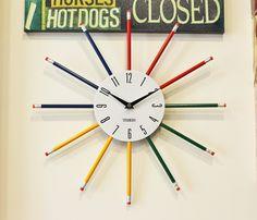 Relógio de Parede Lápis coloridos, ideal para decoração infantil, escolas e ambientes educativos. Tamanho 37,5cm de diâmetro x 2cm de espessura.