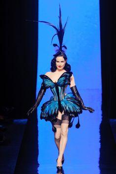 schmetterlinge flügel-frauen kleid-design modeschau paris modewoche gaultier