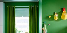 Cuarto de bebé en verde.  #bebe #cuna #cuartoinfantil #habitaciondebebe #cuartodebebe #cuartodeniños #deco #decopractica #decofresca #historiasparavivir #interiores #inspo #casasparavivir Ideas Geniales, Curtains, Home Decor, Diy, Wall Hooks, Small Cabinet, Homemade Home Decor, Do It Yourself, Bricolage