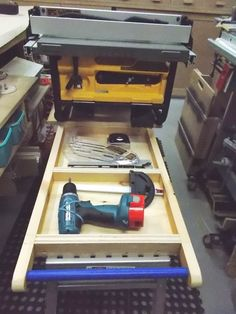 Jobsite Table Saw Rolling Stand / Support roulant pour scie de chantier   Atelier du Bricoleur (menuiserie)…..…… Woodworking Hobbyist's Workshop Jobsite Table Saw, Support, Diy Welder, Saw Tool, Carpentry