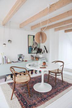 Tolle Idee fürs Esszimmer oder Wohnzimmer! Mix aus Vintage Stil und Designer Möbeln. Noch mehr Ideen für deine Einrichtung auf http://www.gofeminin.de/wohnen/wohnideen-d58830.html