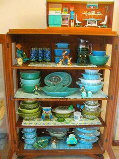 granny´s cabinnet at Fall 2011 Pyrex collection, among other depression glassware. Love the blue greens.Pyrex collection, among other depression glassware. Love the blue greens. Vintage Kitchenware, Vintage Dishes, Vintage Glassware, Vintage Pyrex, Vintage Tins, Vintage Stuff, Kitsch, Hygge, Pyrex Display
