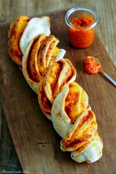 Dieses hübsch geflochtene Brot macht nicht nur optisch sondern auch geschmac… This beautifully braided bread makes not only visually but also tastes great and is ideal as a gift for the next party. Filled with Ajvar, a Croatian … Law Carb, Mozarella, Braided Bread, Breakfast Pizza, Pampered Chef, Party Snacks, Pizza Snacks, How To Make Bread, Air Fryer Recipes