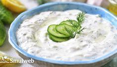 Echte Griekse Tzatziki recept | Smulweb.nl Tzatziki, Feta, Hummus, Bbq, Berries, Food And Drink, Cheese, Ethnic Recipes, Desserts
