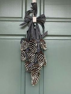 Simply LKJ: Pinecone Door Hanger~Winter Door Decor - Decoration For Home Pine Cone Art, Pine Cone Crafts, Christmas Projects, Fall Crafts, Christmas Crafts, Pine Cone Wreath, Christmas Fashion, Homemade Christmas, Christmas Pine Cones