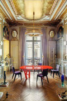 Dans cette salle à manger, sous l'imposant plafond, une table Ibu de Christophe Delcourt est entourée de chaises Chabada (Roche Bobois). Suspension (Ozone). © Matthieu Salvaing