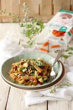 Fusilli di lenticchie rosse con zucchine, scamorza affumicata, pomodori secchie pinoli
