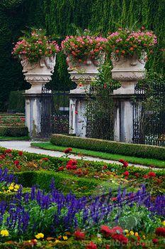 Jardín con detalles de jarrones gigantes.