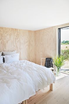 Natural materials and large windows overlooking the countryside in this Danish summerhouse Bungalow Interiors, Wood Interiors, Cottage Interiors, Plywood Interior, Plywood Walls, Cottage Design, House Design, Interior Windows, Wood Bedroom