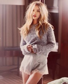Rosie Huntington-Whiteley in a stylish lounging outfit. Silky shorts, wool sweater and messy hair. Rosie Huntington Whiteley, Rosie Whiteley, Looks Style, Style Me, Hair Style, Look Fashion, Fashion Beauty, Beauty Style, 70s Fashion