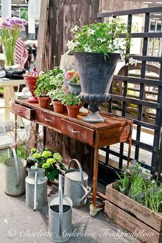 love this potting bench, urn and watering cans......ahhh