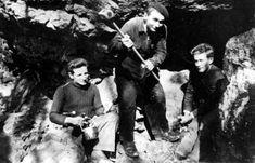 Trois jeunes de l'Armée Secrète avant le départ au maquis. Printemps 1943