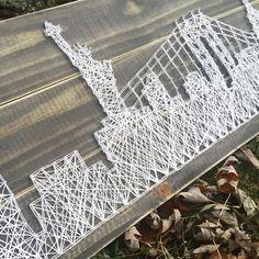 Diese NYC Skyline Zeichenfolge Kunst Holz Stück misst 11 x 32. Es macht eine einzigartige dekorative Stück für jeden NYC Liebhaber Zuhause. Die Holzteile sind zunächst geschliffen & in Ebenholz Fleck gebeizt. Alle Holzteile sind für Haltbarkeit versiegelt. Das Holz ist dann geschliffen,