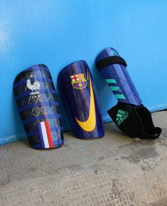 Espinilleras infantiles. Foto: Marcela Sansalvador para futbolmania.com Messi, Premier League, Soccer Equipment, Football Boots, Manchester United, Barcelona, Leo, Sandals, Shoes