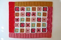 Manta feita à mão em crochet e tricot fios portugueses 70% acrílico 30% lã anti-alérgica. Mimitrika shop. 60 x 54 cm