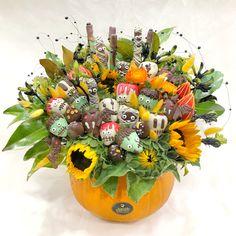 Halloween Chocolate, Halloween Desserts, Halloween Pumpkins, Halloween Decorations, Edible Bouquets, Halloween Artwork, Chocolate Dipped Strawberries, Strawberry Dip, Edible Arrangements