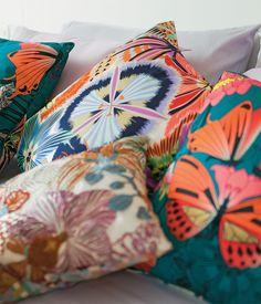Dá vontade de se jogar nas almofadas criadas por Adriana Barra (com borboletas) e pela Missoni Home (floridas). E elas não parecem exageradas, pois seguem a paleta do quarto, decorado por Thaisa Camargo.