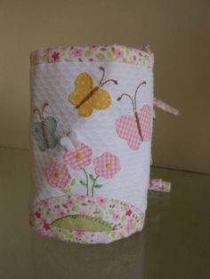 Capa para garrafa termica utilizada no kit de higiene do bebê.com 14 cm de altura e 30 cm de largura. Outras cores e motivos aplicados à escolha do cliente. Consulte outros tamanhos